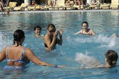Mujeres jovenes felices en la piscina Imágenes de archivo libres de regalías