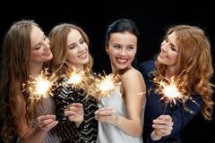 Mujeres jovenes felices que bailan en el disco del club de noche Imagenes de archivo