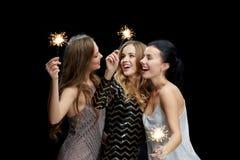 Mujeres jovenes felices que bailan en el disco del club de noche Fotos de archivo
