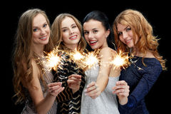Mujeres jovenes felices que bailan en el disco del club de noche Fotografía de archivo