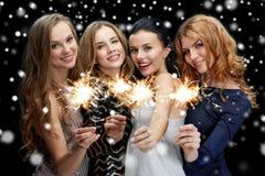 Mujeres jovenes felices que bailan en el disco del club de noche Imágenes de archivo libres de regalías
