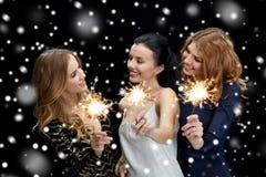 Mujeres jovenes felices que bailan en el disco del club de noche Imagen de archivo