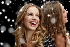 Mujeres jovenes felices que bailan en el disco del club de noche Imagen de archivo libre de regalías
