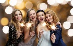 Mujeres jovenes felices que bailan en el disco del club de noche Fotos de archivo libres de regalías