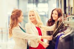 Mujeres jovenes felices que eligen la ropa en alameda Imagen de archivo