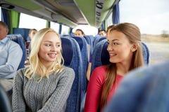 Mujeres jovenes felices que hablan en autobús del viaje Imágenes de archivo libres de regalías