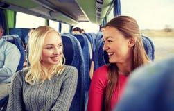 Mujeres jovenes felices que hablan en autobús del viaje Fotos de archivo