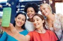 Mujeres jovenes felices que toman el selfie con smartphone Imagenes de archivo