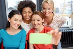Mujeres jovenes felices que toman el selfie con smartphone Imágenes de archivo libres de regalías