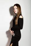 Mujeres jovenes hermosas del negocio de moda en un poco vestido negro con los accesorios Imagenes de archivo