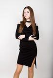 Mujeres jovenes hermosas del negocio de moda en un poco vestido negro con los accesorios Foto de archivo libre de regalías