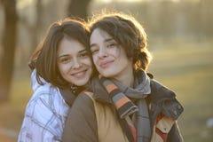 Mujeres jovenes hermosas que abrazan afuera Fotos de archivo