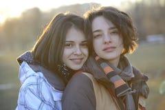Mujeres jovenes hermosas que abrazan afuera Imágenes de archivo libres de regalías