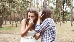 Mujeres jovenes hermosas que hablan y que ríen al aire libre almacen de metraje de vídeo