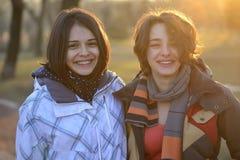 Mujeres jovenes hermosas que ríen y que se divierten Imágenes de archivo libres de regalías