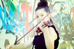 Mujeres jovenes hermosas que tocan el violín Imagen de archivo libre de regalías