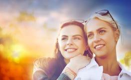 Mujeres jovenes o adolescentes felices al aire libre Fotografía de archivo