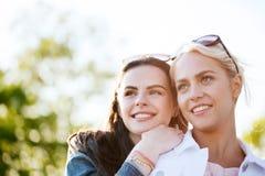 Mujeres jovenes o adolescentes felices al aire libre Imagenes de archivo