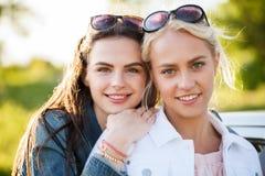 Mujeres jovenes o adolescentes felices al aire libre Foto de archivo