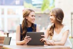 Mujeres jovenes o adolescentes felices con PC de la tableta Imagen de archivo
