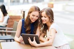 Mujeres jovenes o adolescentes felices con PC de la tableta Imagen de archivo libre de regalías