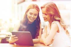 Mujeres jovenes o adolescentes felices con PC de la tableta Fotografía de archivo libre de regalías