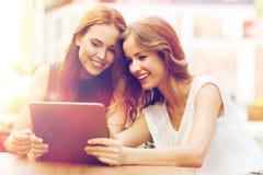 Mujeres jovenes o adolescentes felices con PC de la tableta Fotos de archivo