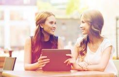 Mujeres jovenes o adolescentes felices con PC de la tableta Imagenes de archivo