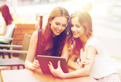 Mujeres jovenes o adolescentes felices con PC de la tableta Foto de archivo
