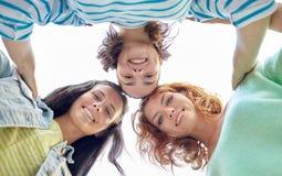 Mujeres jovenes o adolescentes felices en la calle de la ciudad Imágenes de archivo libres de regalías