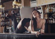 Mujeres jovenes que bailan en barra Foto de archivo libre de regalías