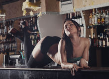 Mujeres jovenes que bailan en barra Fotografía de archivo