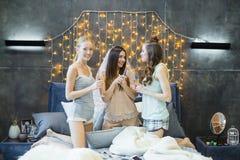Mujeres jovenes que beben el champán imagenes de archivo