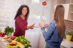 Mujeres jovenes que cocinan en la cocina Foto de archivo