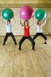 Mujeres jovenes que ejercitan con la bola de la aptitud Foto de archivo