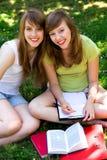 Mujeres jovenes que estudian al aire libre Fotografía de archivo