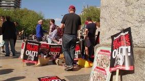 Mujeres jovenes que firman la petición, protestas 2015 de la austeridad durante la elección, Bristol Reino Unido almacen de metraje de vídeo