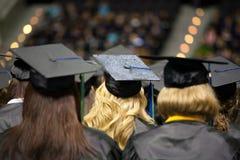 Mujeres jovenes que gradúan de universidad foto de archivo