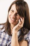 Mujeres jovenes que hablan en el teléfono Foto de archivo