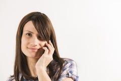 Mujeres jovenes que hablan en el teléfono Fotos de archivo