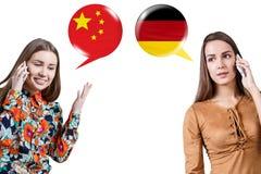 Mujeres jovenes que hablan en el teléfono fotografía de archivo libre de regalías
