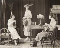 Mujeres jovenes que hacen punto en casa Imagen de archivo libre de regalías