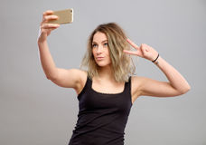 Mujeres jovenes que hacen un selfie Fotos de archivo libres de regalías