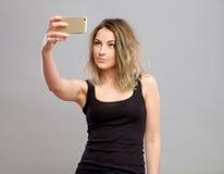 Mujeres jovenes que hacen un selfie Imagen de archivo