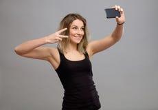 Mujeres jovenes que hacen un selfie Imagen de archivo libre de regalías