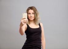 Mujeres jovenes que hacen un selfie Foto de archivo libre de regalías