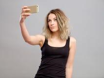 Mujeres jovenes que hacen un selfie Fotografía de archivo