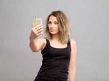 Mujeres jovenes que hacen un selfie Fotografía de archivo libre de regalías