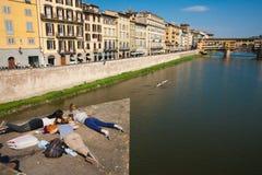 Mujeres jovenes que mienten en la plataforma en Florencia. Fotografía de archivo