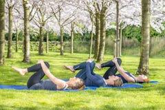 Mujeres jovenes que practican yoga imagenes de archivo